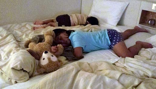 ホテルで爆睡の娘たち。